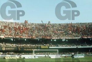 Torcida do Flamengo no Morumbi, na epoca em que bandeiras eram permitidas em SP